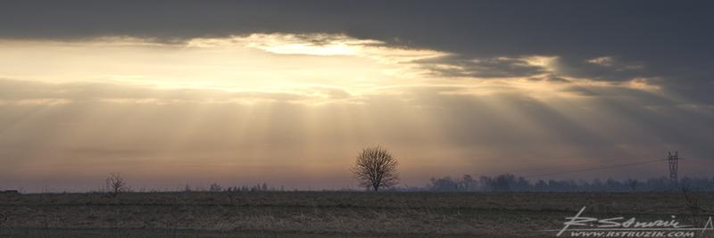 Myszków. Kwiecień 2011. Dziura w niebie i poczciwe słońce przedzierające się z trudnością przez chmury. A wszystko, by zadowolić pewnego samozwańczego artystę bez dzieła.